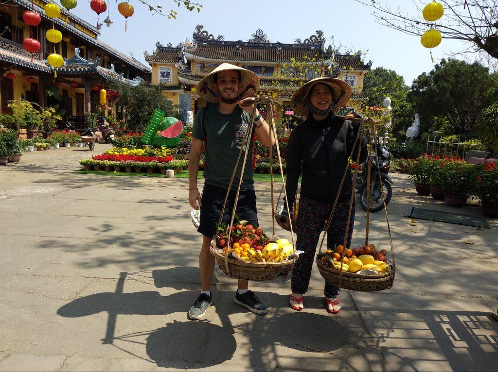 ¿Qué visitar en Hoi An? Vendedora ambulante fruta