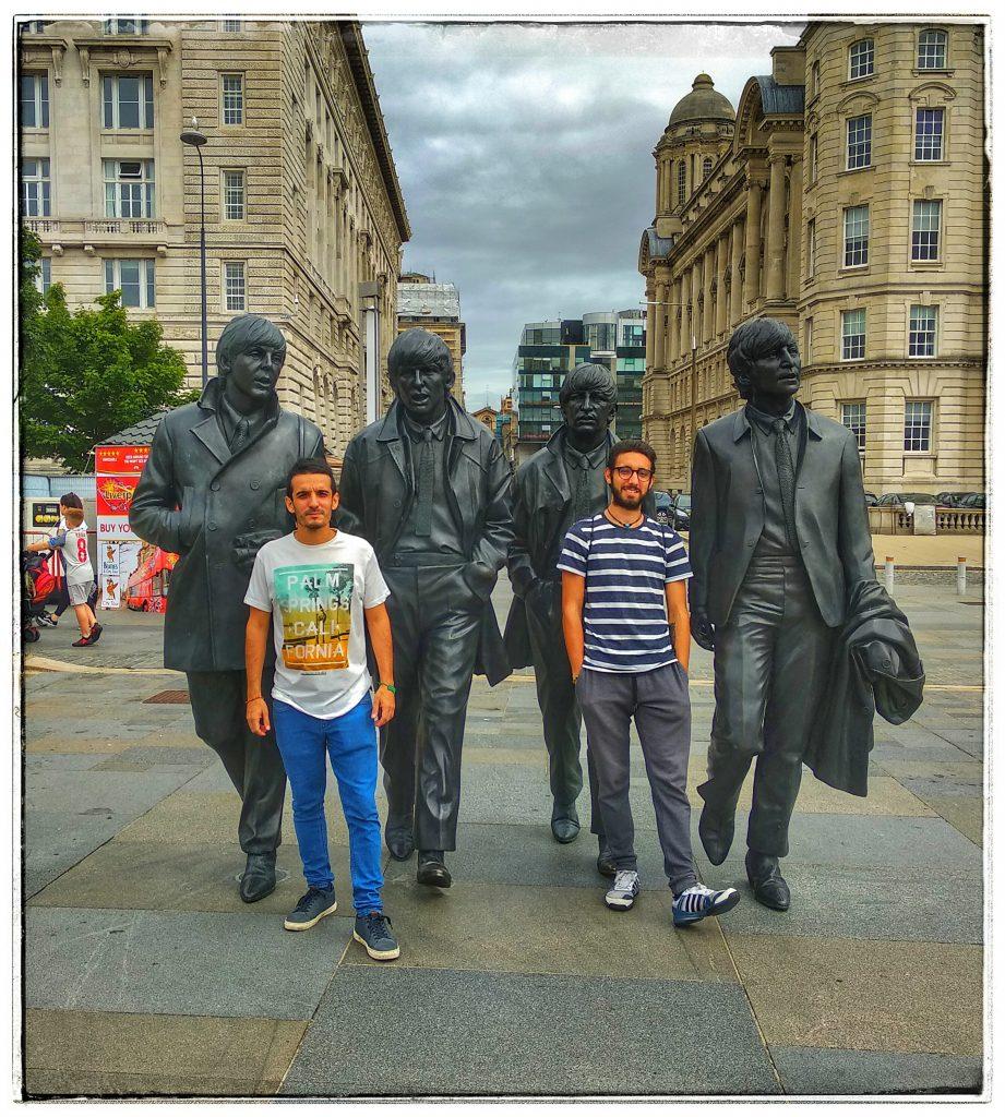 ¿Qué visitar en Liverpool? The Beatles Alberto Dock estatua