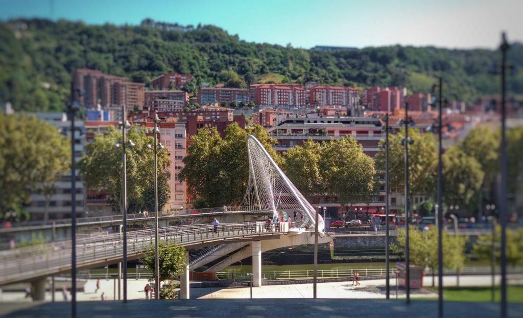 Qué ver en Bilbao en un día - Puente Zubizuri