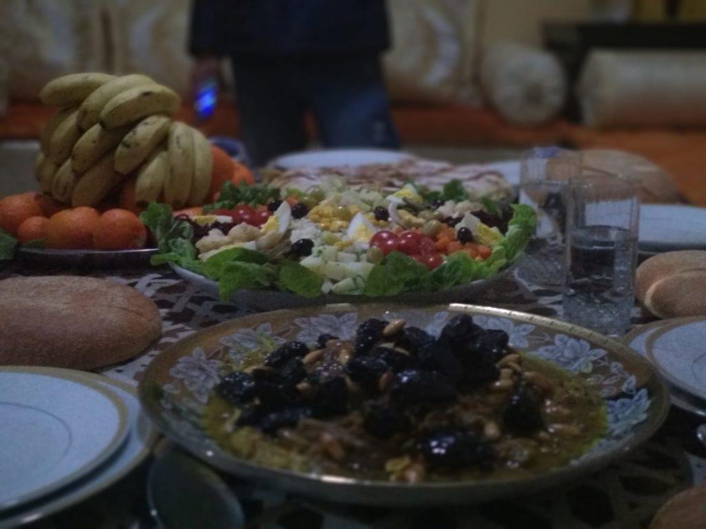 Comida típica marroquí - Tajín de ternera, ciruelas y almendras