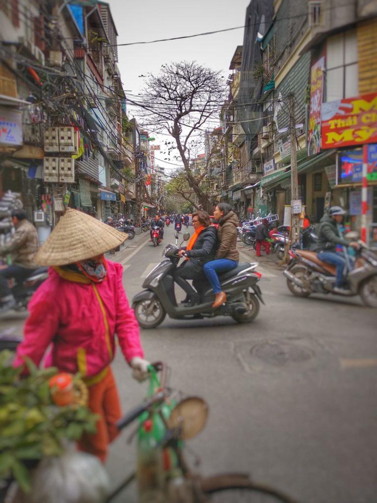 Qué ver en Hanoi - calle Old Quarter árbol tráfico