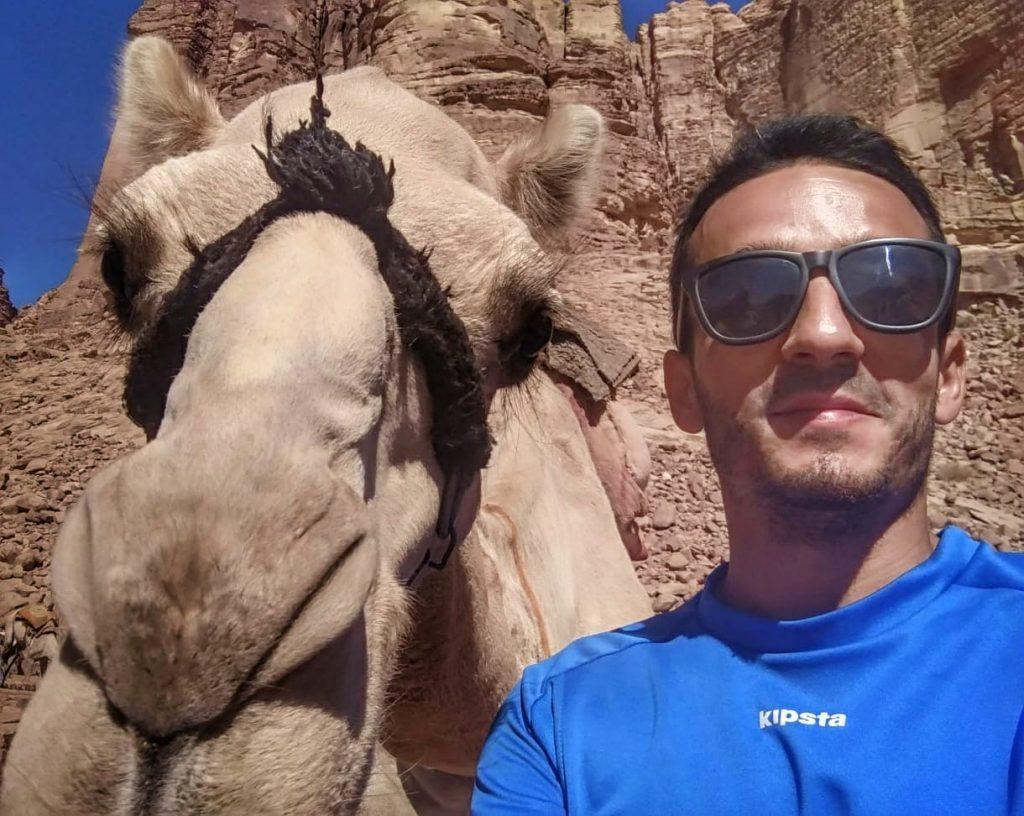 ) -Selfie Camello Jordania Wadi Rum
