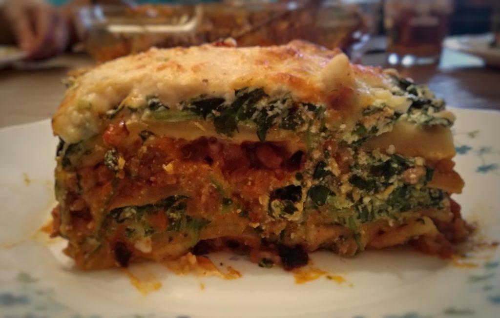 Lasaña de boloñesa y ricotta con espinacas - Viaje a Italia a través de alguno de sus platos.