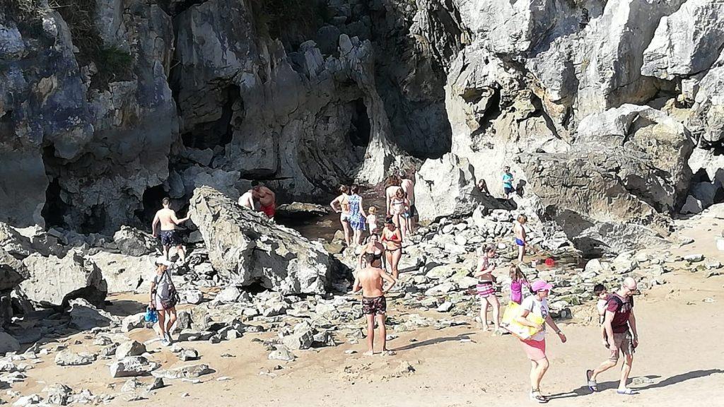 10 cosas que hacer en Asturias - Playa Gulpiyuri sin agua.